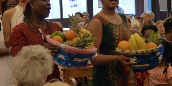 Procession des offrandes avec des corbeilles de fruits