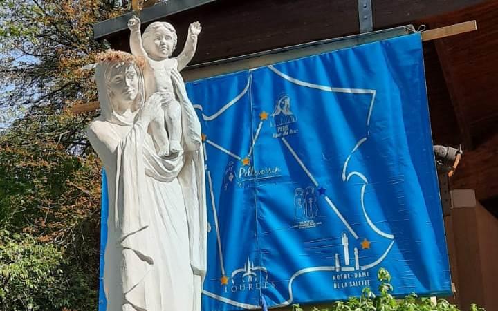 Vierge pèlerine et bannière